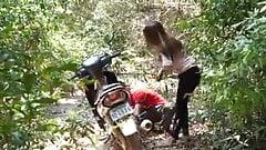 Vertraue keinem Mann, der einem Mädchen hilft, Waldsex