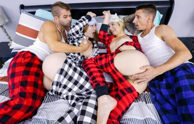 Sophia Sweet, Everly Haze – Halte sie warm (DaughterSwap)